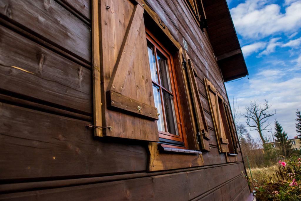 okna w drewnianej zagrodzie