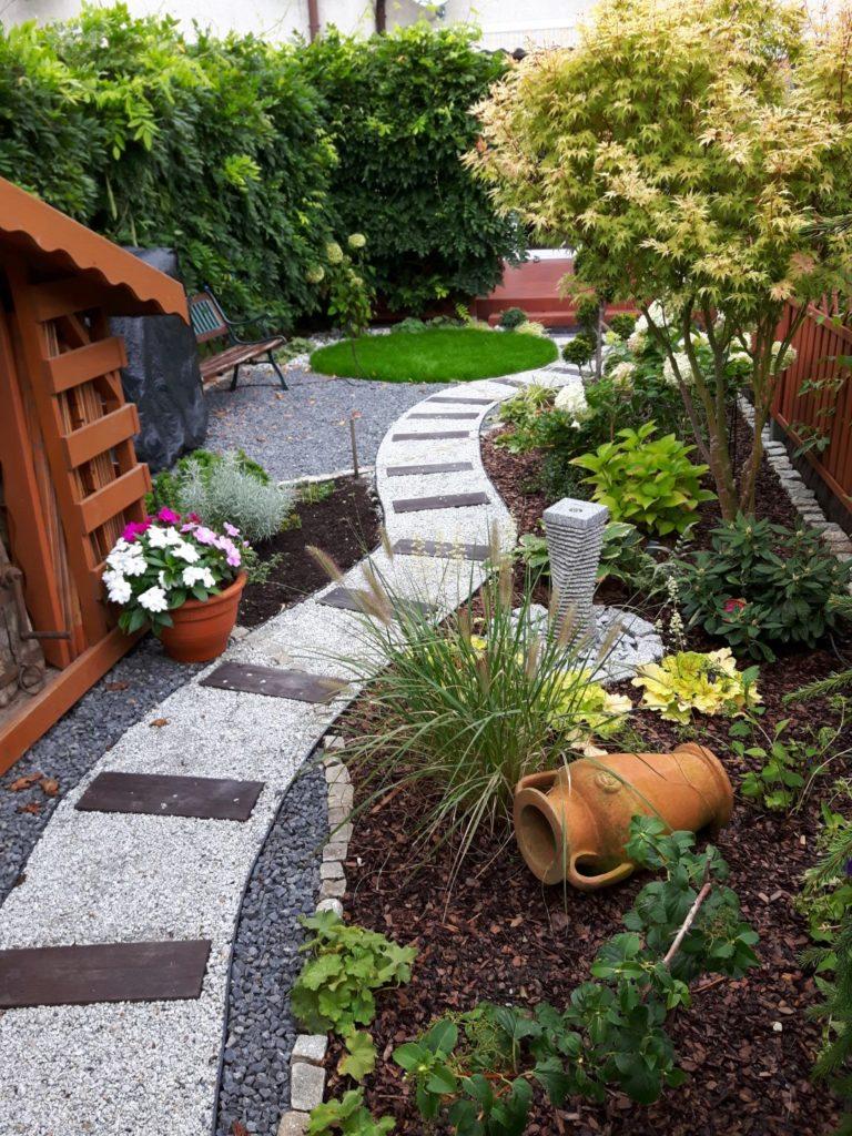 ścieżka ogrodowa w zabudowie wolnostojącej
