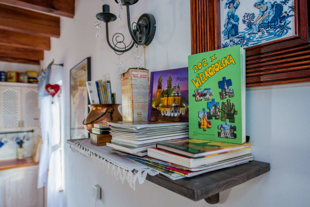 książki w drewnianej zagrodzie