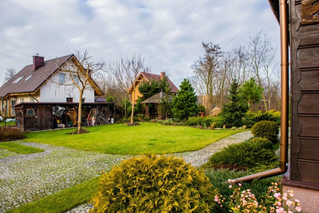 ogród w drewnianej zagrodzie