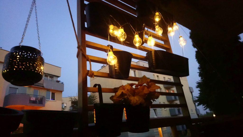 ozdobne światła na balkonie